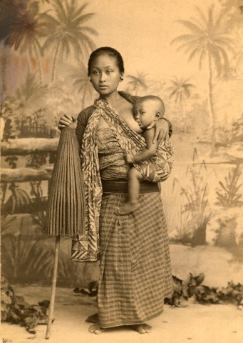 ca. April 1907, Java, Indonesia --- An informal portrait of a Javanese mother and her child --- Image by © Eliza Ruhamah Scidmore/National Geographic Society/Corbis